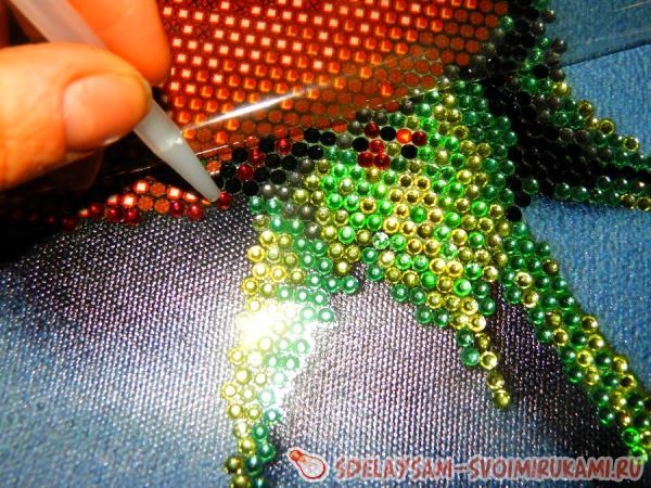 Алмазная вышивка чем клеить стразы