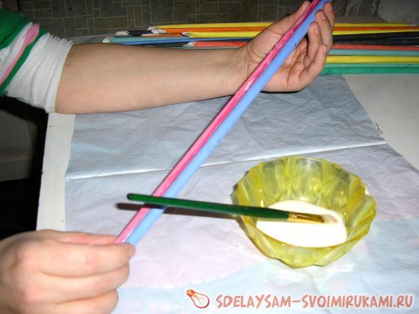 склеиваем две разноцветных трубочки