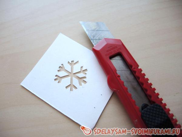 вырезаем снежинку