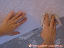 Клеим обои на потолке