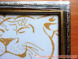 A pair of lions: learn how to embroider a cross