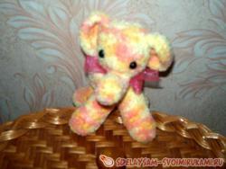 Слоненок из разноцветных ниток