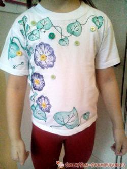 Яркий декор однотонной футболки