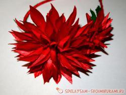 Обруч из атласных лент с композицией из хризантем