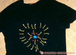 Как украсить футболку булавками и бисером