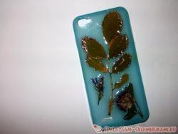 Украшение чехла для телефона осенними листьями и сухоцветами