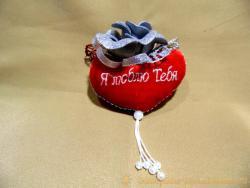 Мягкий плюшевый сувенир украшен розой