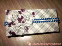 Шкатулка украшенная тканью, цветами из ткани и бусами