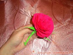 Пышная роза из гофрированной бумаги