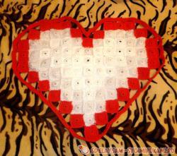 Вязаный коврик в виде сердца