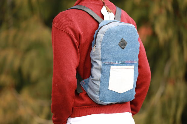 1503999587_1 Яркий рюкзак из старых джинсов