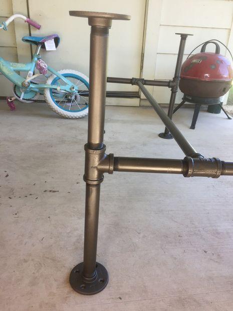 Стол в ретро-стиле с основанием из труб