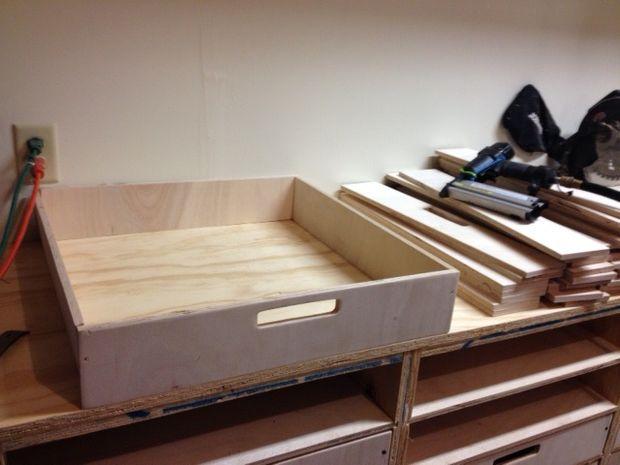 Простой рабочий стол с выдвижными ящиками