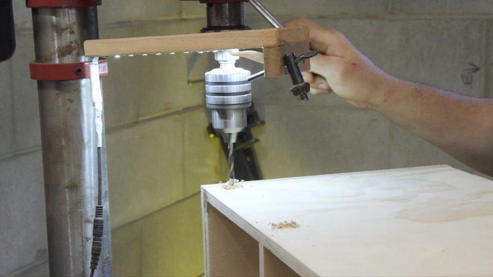 Прикроватная «беспроводная» тумбочка для зарядки гаджетов