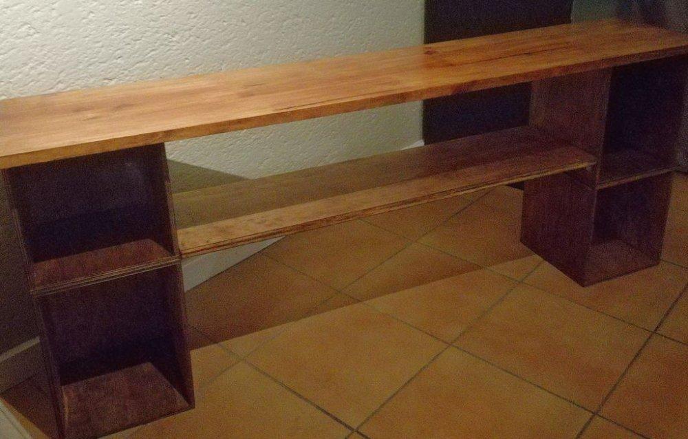 Простой столик для телевизора с книжными полками