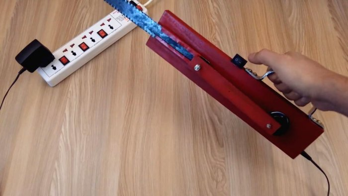 How to make a simple hacksaw with a 12 V engine