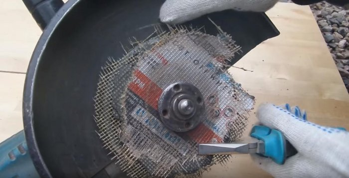 Easy way to unscrew the nut of the grinder