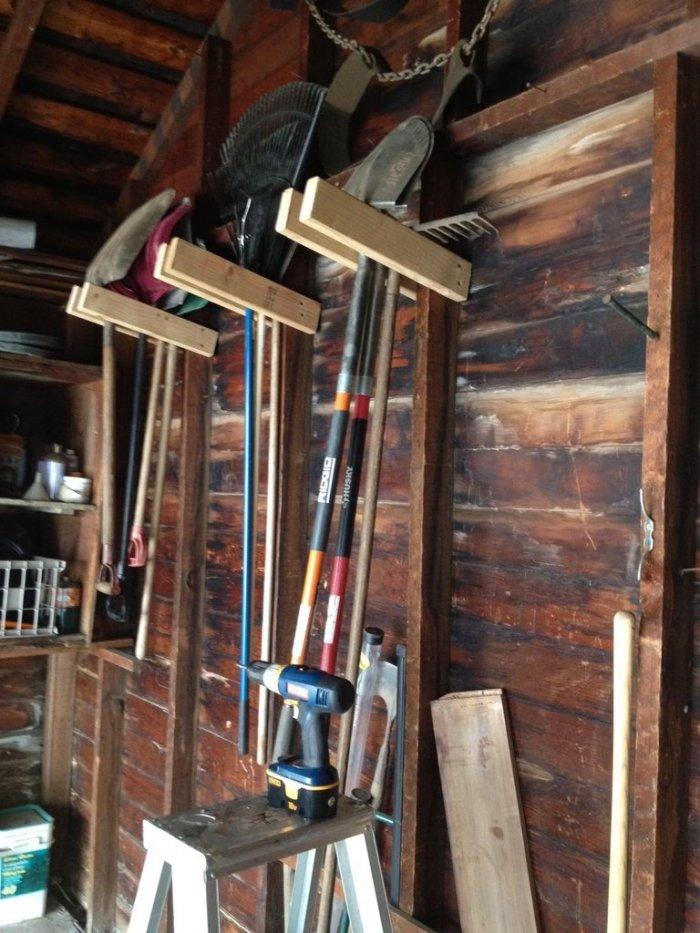 Простая вешалка для инструмента в гараже