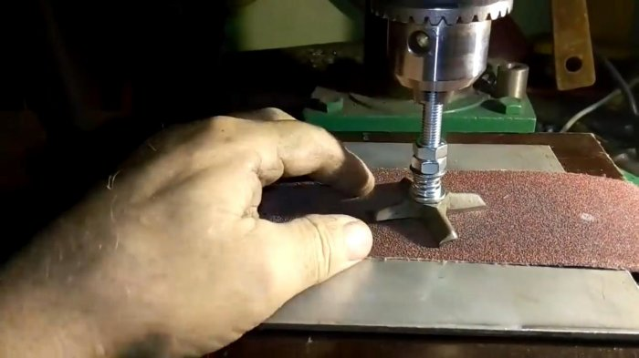 Device for sharpening the knives of the meat grinder