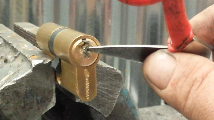 1530723427 11 - Достаем поломанный ключ из замка