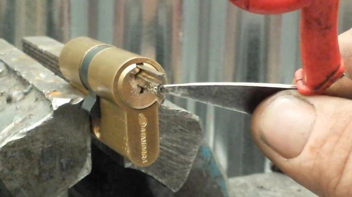 1530723482 12 - Достаем поломанный ключ из замка