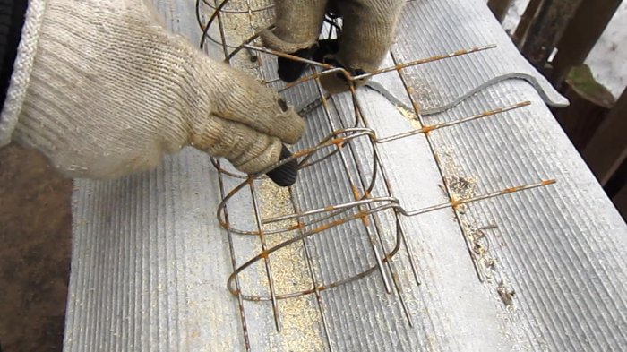 How to make a reinforced concrete pillar for a purge fence by one's own hands