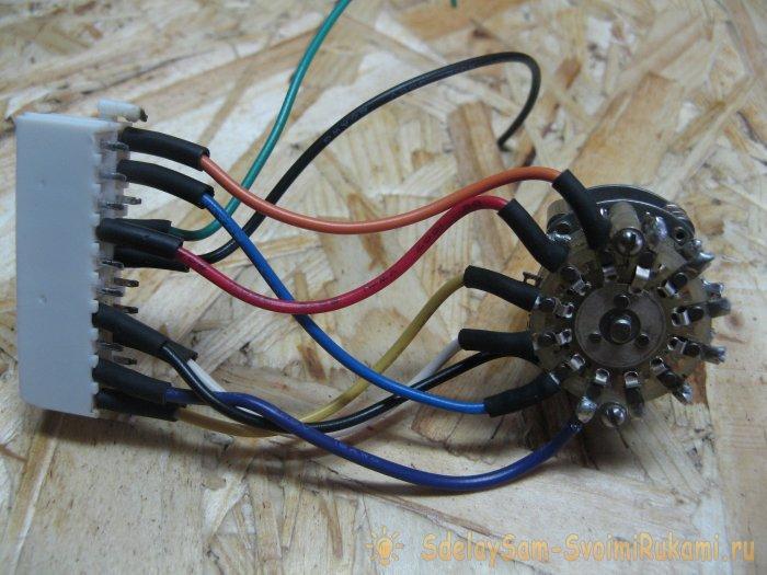 Voltage switch between computer power supply pins