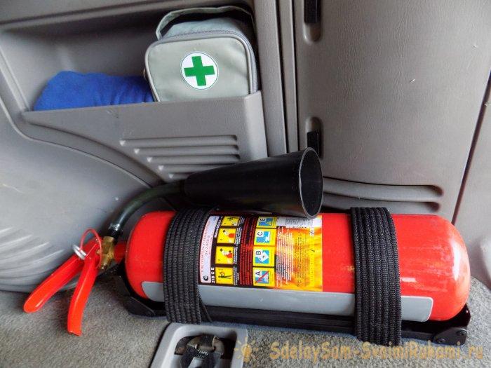 Один из способов крепления огнетушителя в автомобиле.