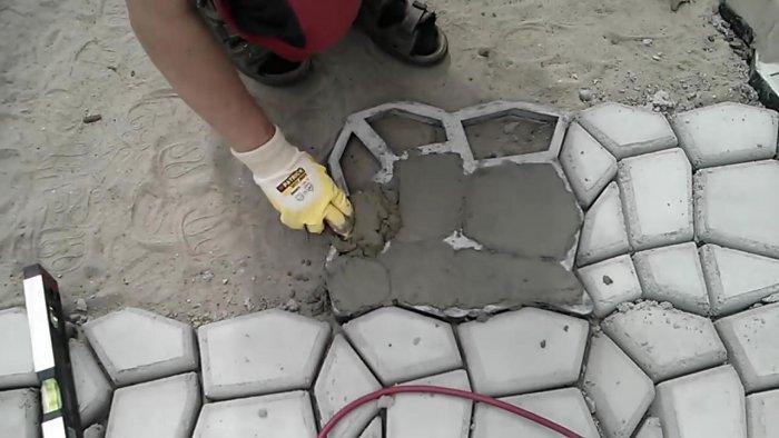 Мощение террасы самодельной бетонной плиткой своими