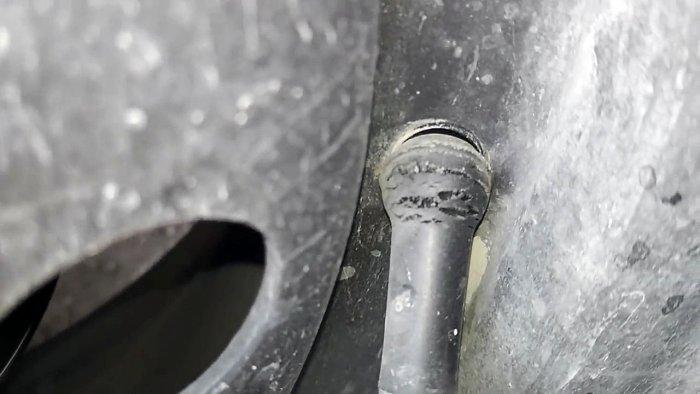Как поменять вентиль за 20 секунд, не разбортировав колесо