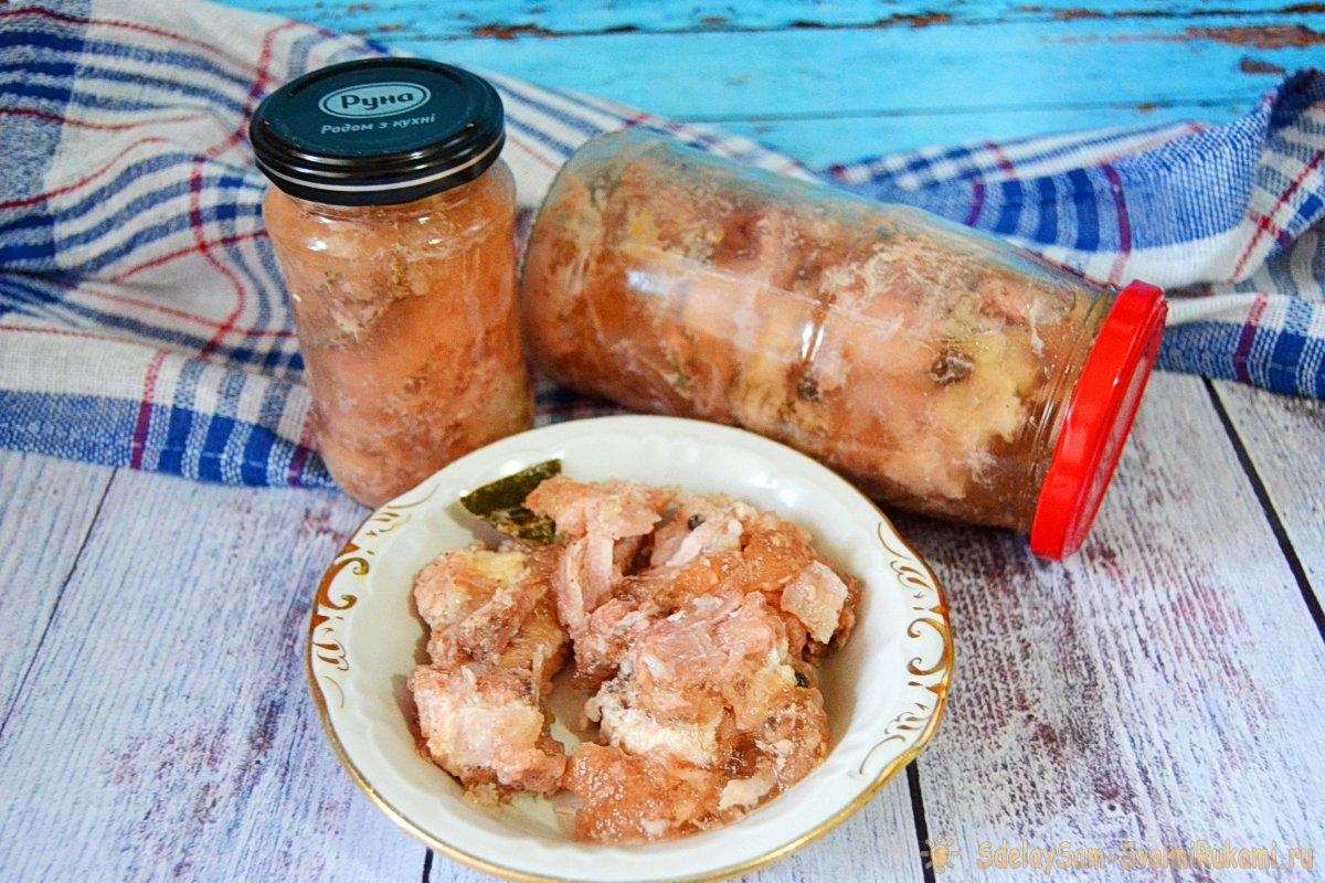 Домашняя тушенка из свинины в кастрюле