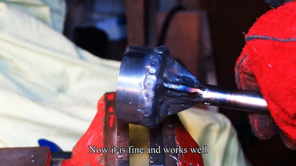 Забивает деревянные колья перфоратором