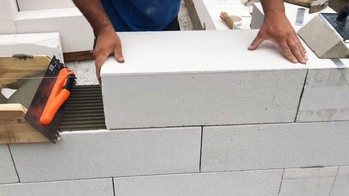 Простое приспособление для кладки блоков которое сэкономить ваше время и силы