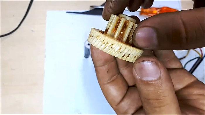 Восстановление зубьев пластиковой шестеренки накаткой