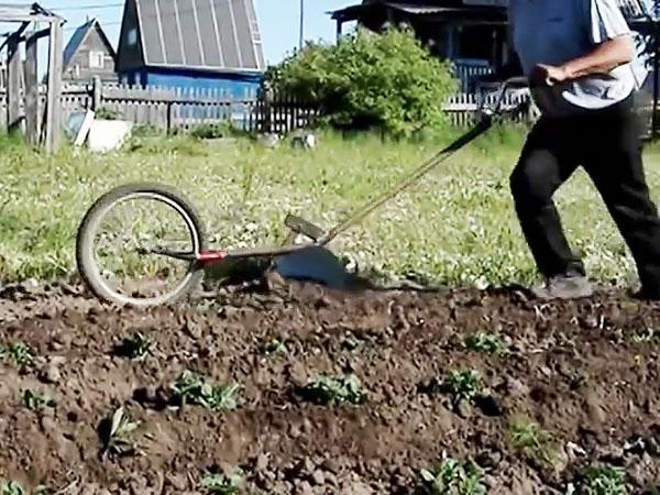 Как сделать ручной окучник картошки из строго велосипеда