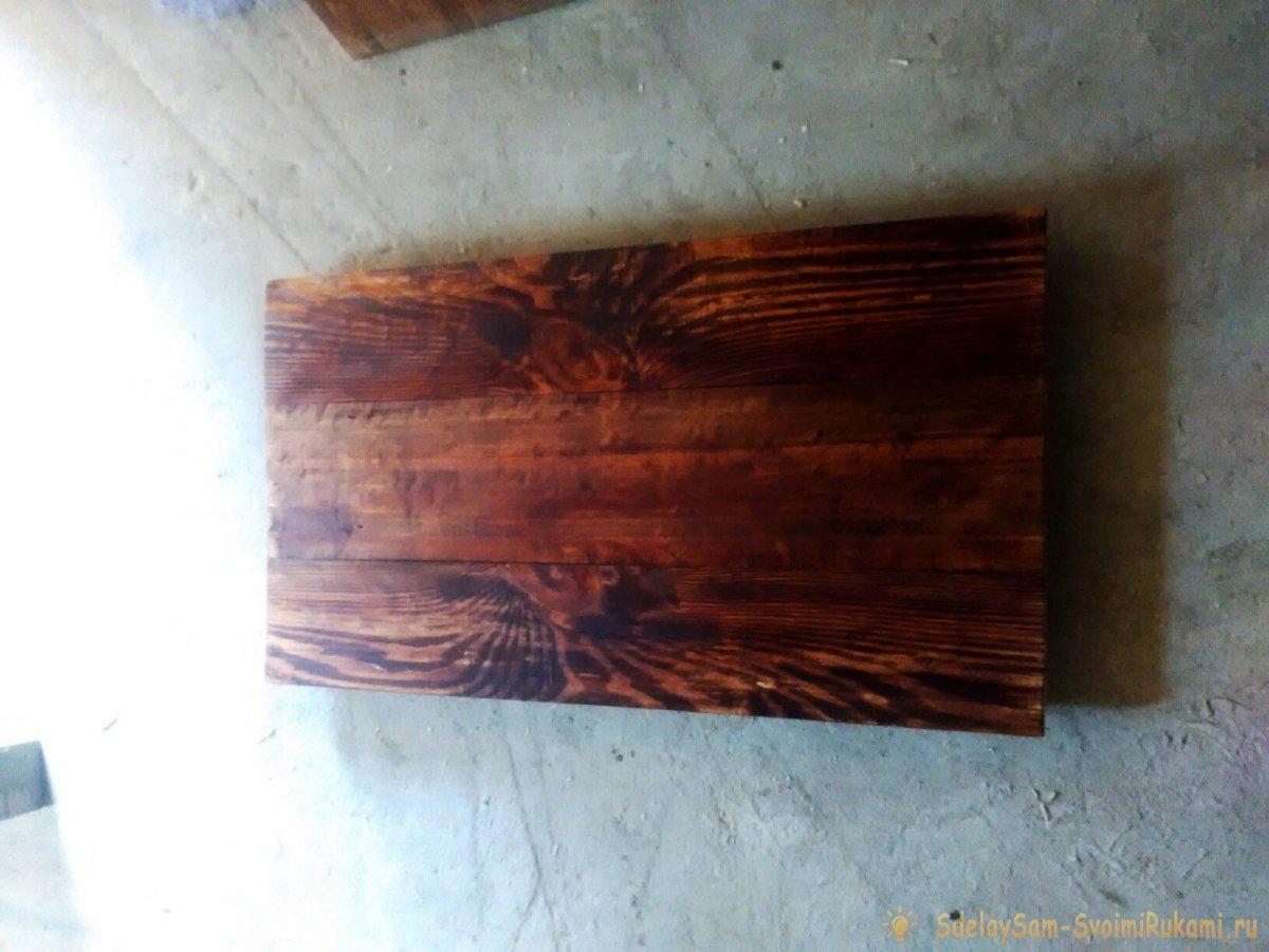 Деревянный стол с креплением к стене