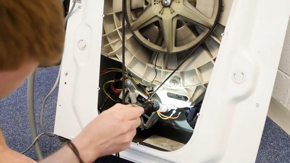 Как вытащить из стиральной машины мелкие предметы, попавшие за барабан