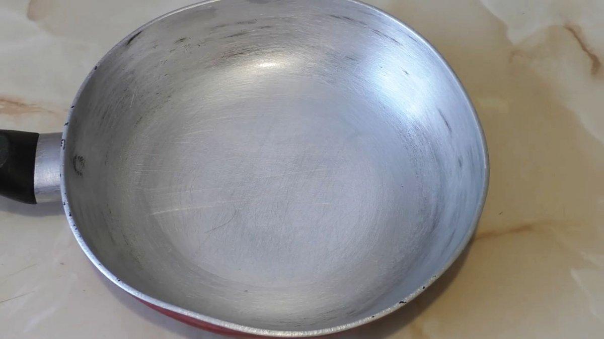 Как очистить очень грязную сковородку без лишних усилий