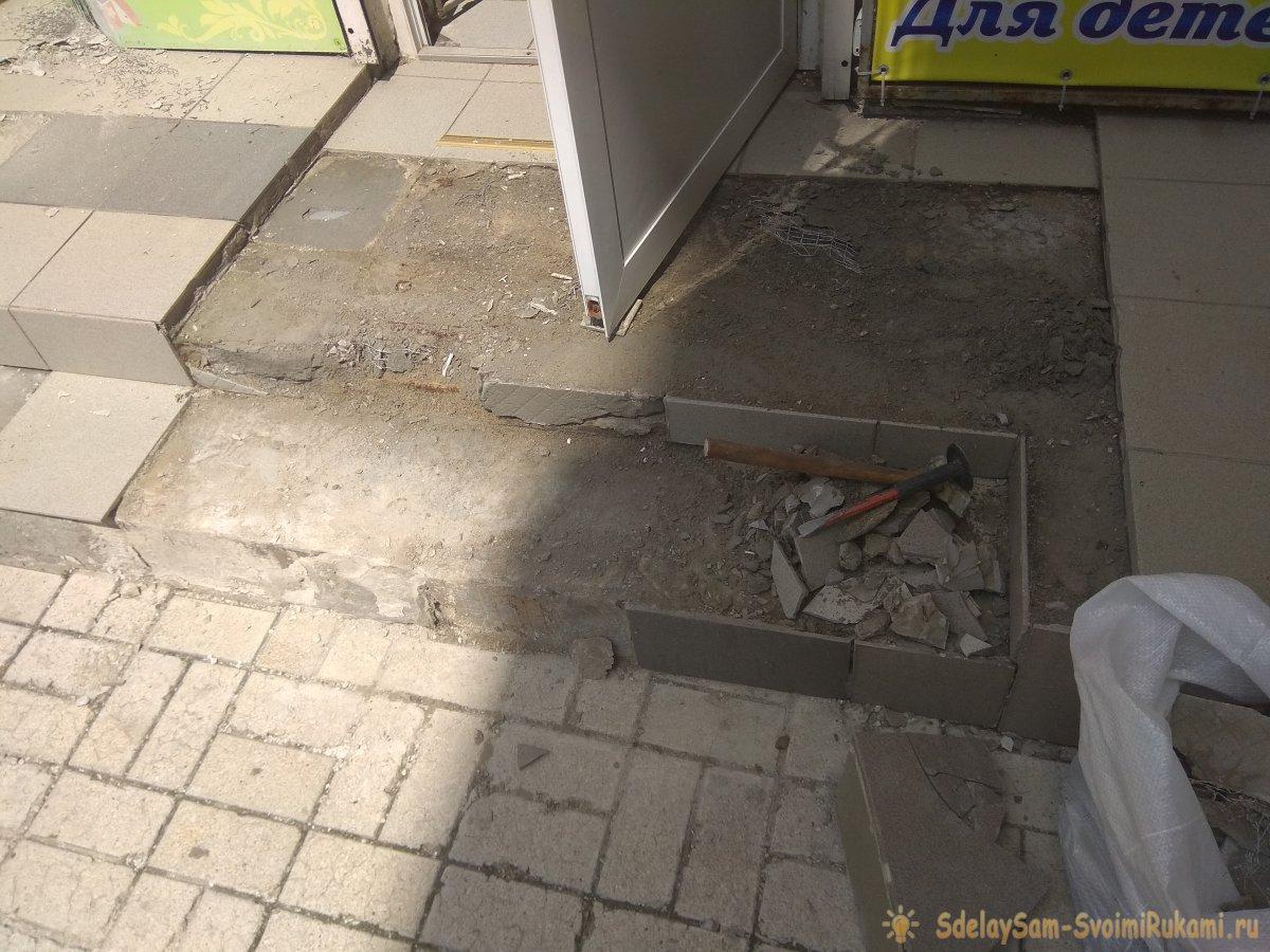 Демонтаж старой и укладка новой плитки на ступеньках порога