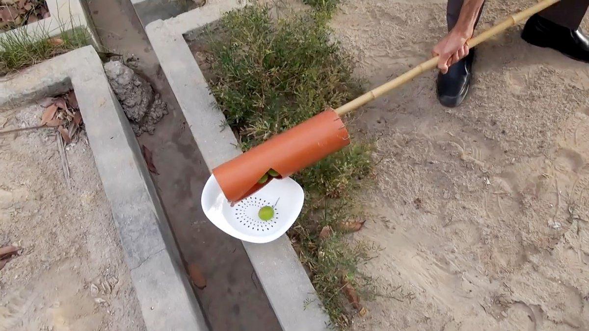 Простое приспособление для сборки фруктов с высоты из ПВХ трубы