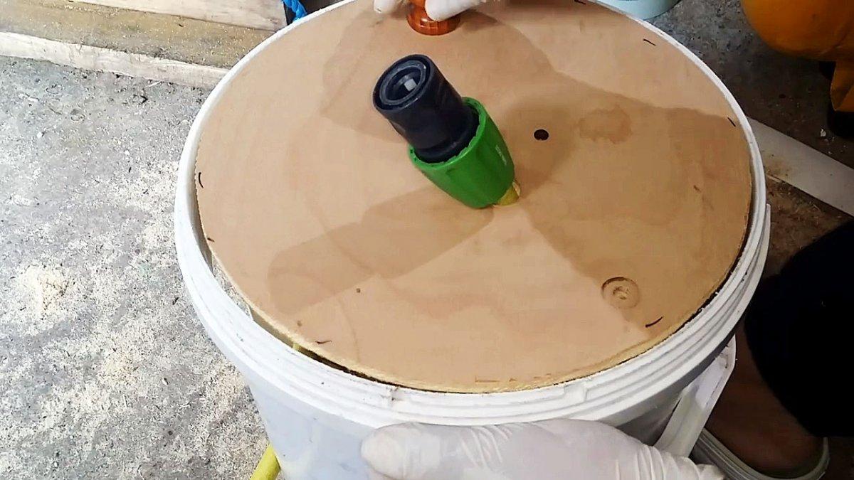 Удобная катушка из пластикового ведра для хранения садового шланга