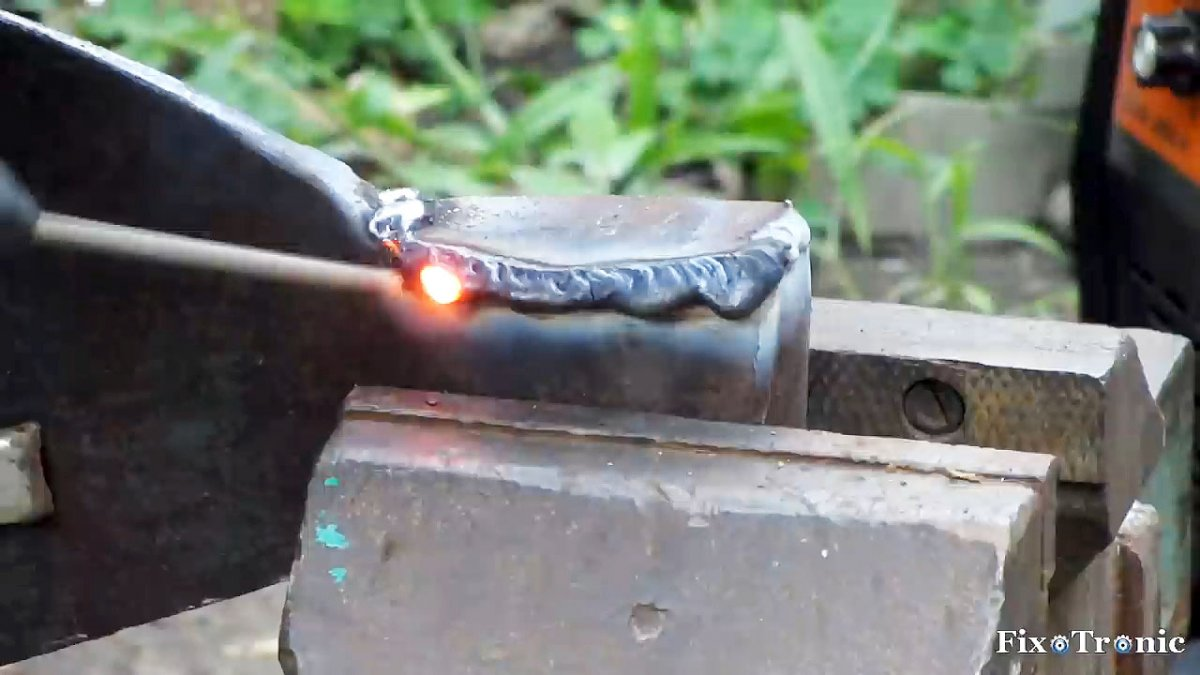 Как восстановить топорище при помощи горячего клея