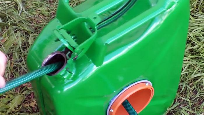 Просто отличное применение строй канистры: кейс для поливочного шланга