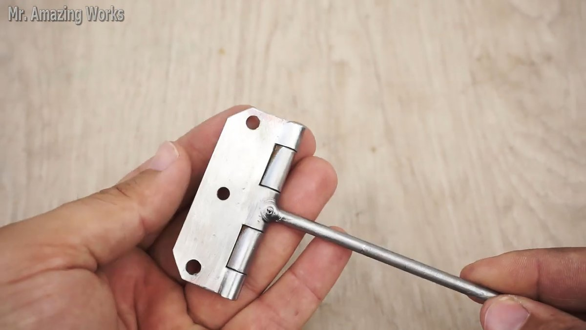 Ещё одно полезное приспособление из дверной петли своими руками