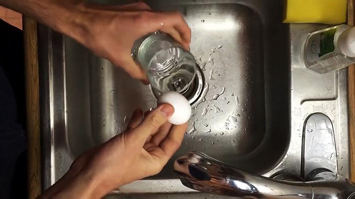 Как мгновенно очистить вареное яйцо