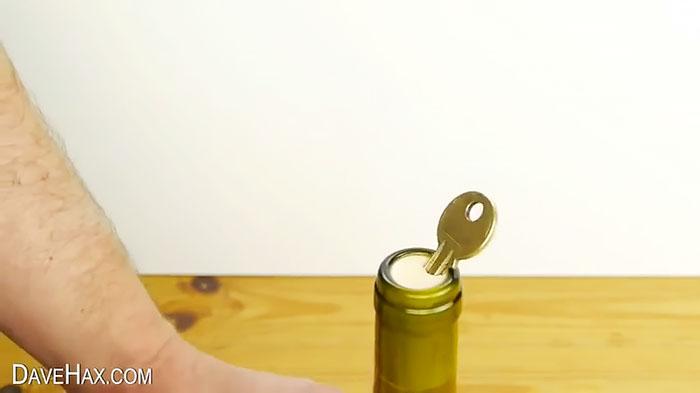 Еще один хитрый способ открыть бутылку без штопора