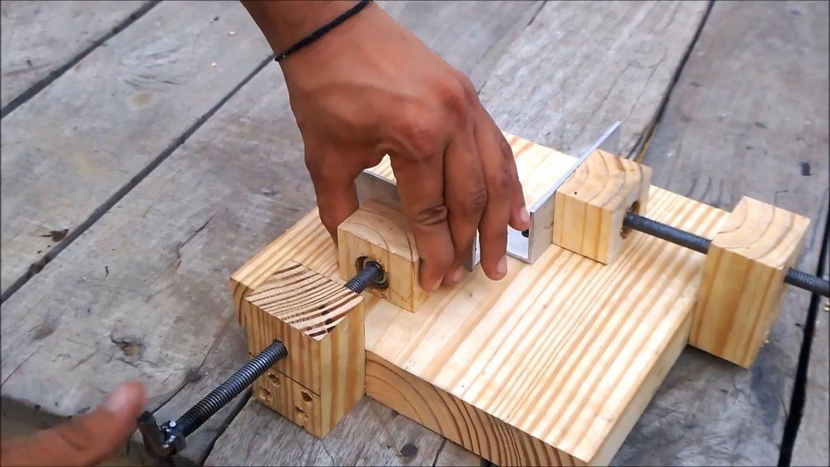 Простой зажим из дерева для соединения заготовок под прямым углом