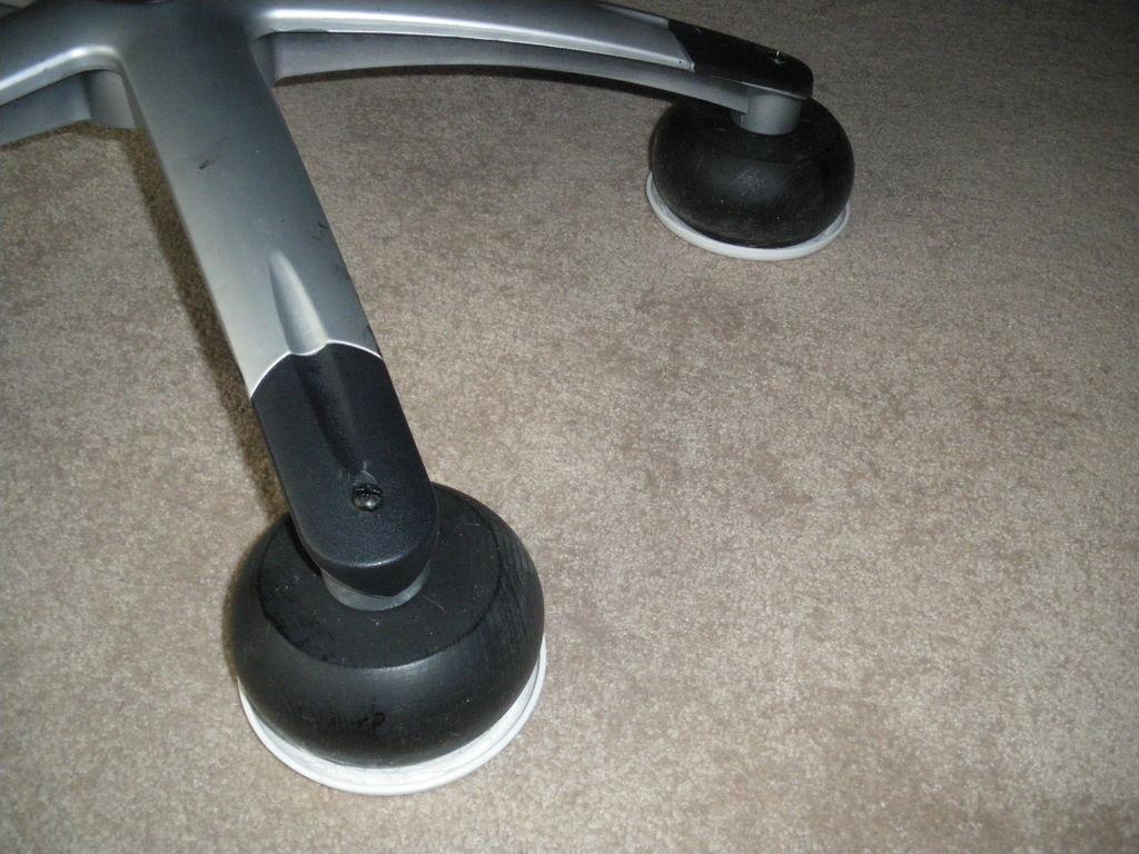 Офисное кресло «не едет» и портит ковер? Замените ролики на ножки