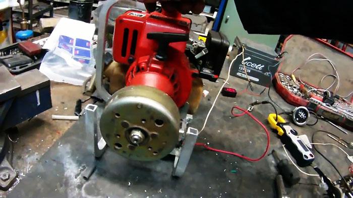 Самодельный мини бензиновый генератор 12 В из триммера