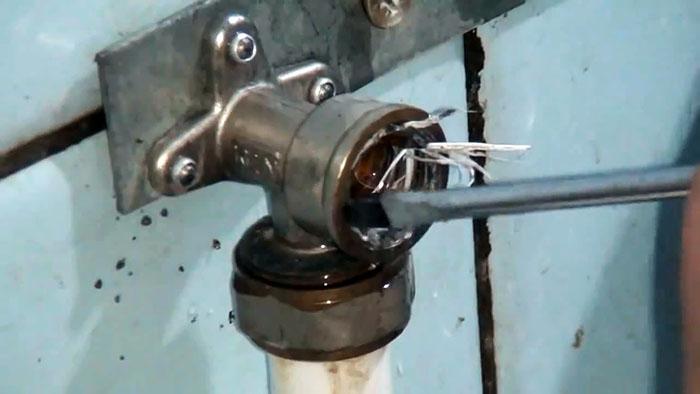 Как выкрутить сломанный эксцентрик на смесителе